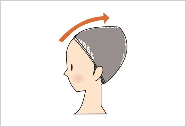 後ろ側を伸ばし、折りたたんでピンで留めます。生え際が1~2cm出るように、少し後ろにずらしてください。